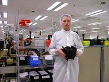 Hombre con un portador de las obleas del silicón Fotos de archivo