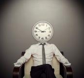 Hombre con un reloj en vez de una cabeza Imagenes de archivo