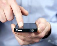 Hombre con un smartphone Fotografía de archivo libre de regalías