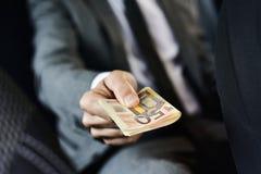 Hombre con un taco de cuentas euro Imágenes de archivo libres de regalías