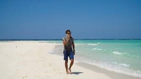 Hombre con un teléfono celular en la playa imagen de archivo libre de regalías