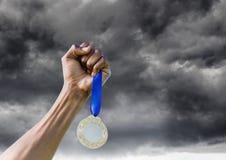 Hombre con un trofeo en las manos imagenes de archivo
