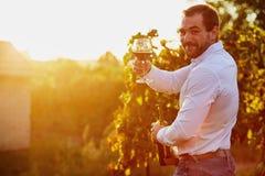 Hombre con un vidrio de vino rojo imágenes de archivo libres de regalías