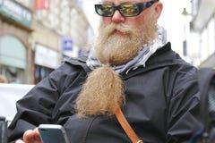 Hombre con una barba larga imagen de archivo libre de regalías