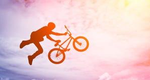 Hombre con una bici del bmx. fotografía de archivo