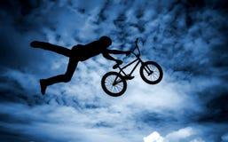 Hombre con una bici del bmx. Imagen de archivo libre de regalías