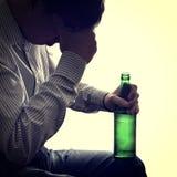 Hombre con una botella de cerveza Imagenes de archivo