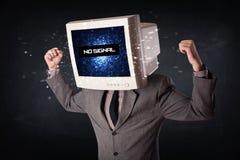 Hombre con una cabeza del monitor, ninguna muestra de la señal en la exhibición Foto de archivo