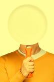 Hombre con una cacerola en blanco Imagenes de archivo
