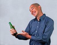 Hombre con una cerveza Imagen de archivo libre de regalías