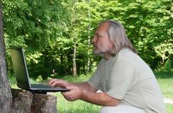 Hombre con una computadora portátil Imágenes de archivo libres de regalías