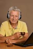 Hombre con una computadora portátil Fotografía de archivo libre de regalías