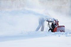 Hombre con una máquina que sopla de la nieve Imágenes de archivo libres de regalías