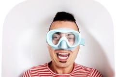 Hombre con una máscara del salto en el agua de una bañera imágenes de archivo libres de regalías