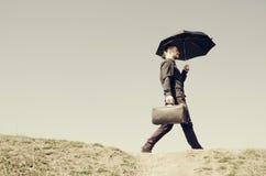 Hombre con una maleta Foto de archivo libre de regalías