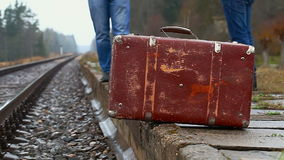 Hombre con una maleta almacen de video