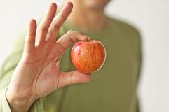 Hombre con una manzana roja Foto de archivo libre de regalías