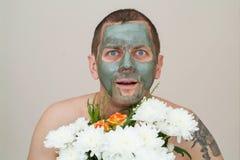 Hombre con una mascarilla del fango Fotografía de archivo libre de regalías