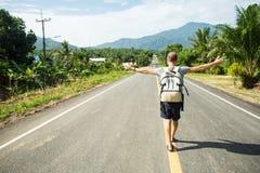 Hombre con una mochila lista para caminar un largo camino Fotografía de archivo