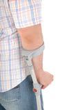 Hombre con una muleta foto de archivo libre de regalías