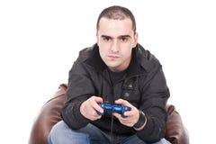 Hombre con una palanca de mando para la consola del juego Imagen de archivo libre de regalías