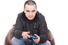 Hombre con una palanca de mando para la consola del juego Fotos de archivo
