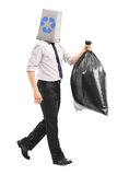 Hombre con una papelera de reciclaje sobre su cabeza Imagen de archivo libre de regalías