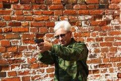 Hombre con una pistola fotografía de archivo