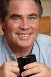 Hombre con una taza de café Imagen de archivo libre de regalías