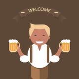 Hombre con una taza de cerveza en su mano Fotografía de archivo