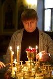 Hombre con una vela Foto de archivo libre de regalías