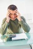 Hombre concentrado con las manos en su cabeza Imagen de archivo