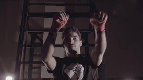 Hombre concentrado fuerte que resuelve los ganchos izquierdos y derechos almacen de video