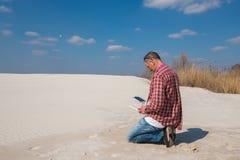Hombre concentrado que mira cuidadosamente el vuelo del abejón Fotos de archivo libres de regalías