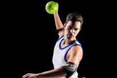 Hombre confiado del atleta que lanza una bola Imagen de archivo