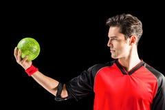 Hombre confiado del atleta que sostiene una bola Imagenes de archivo