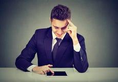Hombre confiado elegante que usa la tableta fotografía de archivo libre de regalías