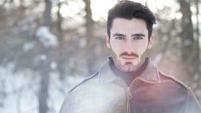 Hombre confiado hermoso en montañas con nieve almacen de video