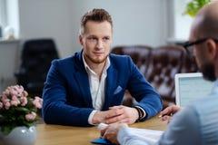 Hombre confiado que asiste a entrevista de trabajo foto de archivo