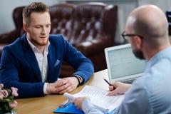 Hombre confiado que asiste a entrevista de trabajo imagen de archivo libre de regalías