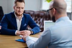 Hombre confiado que asiste a entrevista de trabajo fotografía de archivo