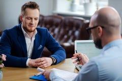 Hombre confiado que asiste a entrevista de trabajo fotografía de archivo libre de regalías