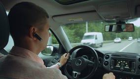 Hombre confiado que conduce el coche en la autopista sin peaje almacen de video