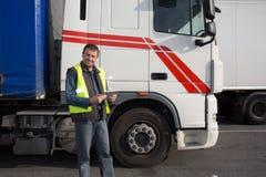 Hombre confiado que se coloca delante del camión Fotos de archivo libres de regalías