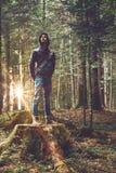 Hombre confiado que se coloca en el bosque Imagen de archivo