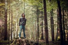 Hombre confiado que se coloca en el bosque Imagenes de archivo