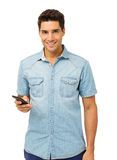 Hombre confiado que sostiene el teléfono elegante Fotos de archivo libres de regalías