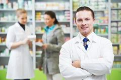 Hombre confidente del químico de la farmacia en droguería
