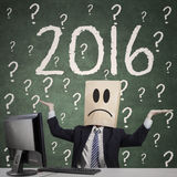 Hombre confuso con el signo de interrogación y los números 2016 Imagenes de archivo