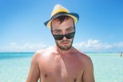 Hombre confuso que hace una cara divertida Foto de archivo libre de regalías